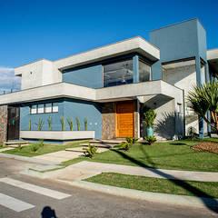 Contemporânea e de volumetria imponente: Casas  por Camila Castilho - Arquitetura e Interiores