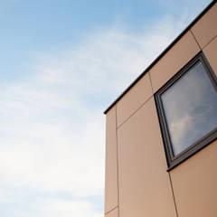 Détail façade: Hôpitaux de style  par helium3 positive architecture