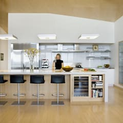 Modern kitchen:  Kitchen by ZeroEnergy Design