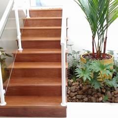 Hall de escada Corredores, halls e escadas tropicais por USER WAS DELETED! Tropical