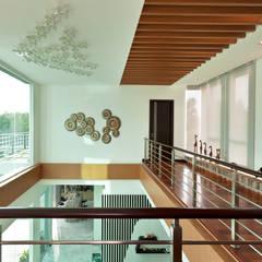 Contemporarily Dashing | BUNGALOW:  Corridor & hallway by Design Spirits, Modern