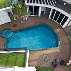 Contemporarily Dashing | BUNGALOW: modern Pool by Design Spirits