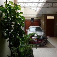 Garajes y galpones de estilo  por homify, Moderno