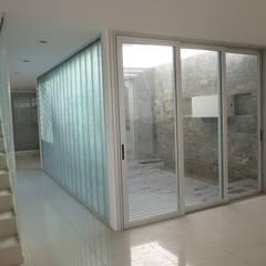 Vivienda unifamiliar en Guadalupe: Jardines de invierno de estilo  por VHA Arquitectura