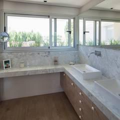 CASA ML: Baños de estilo  por DMS Arquitectura