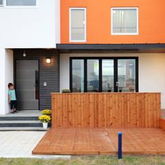 세아이의 보물섬 - 이천 지석리주택: 주택설계전문 디자인그룹 홈스타일토토의  베란다,모던 우드 우드 그레인