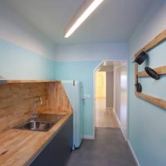 Remodelação T2+1 Duplex Mouraria: Cozinhas  por BL Design Arquitectura e Interiores