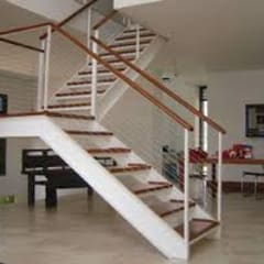 Escada Metálica com Madeiramento: Locais de eventos  por Kapp Industrial do Brasil