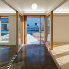 ระเบียงและโถงทางเดิน by hm+architects 一級建築士事務所