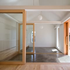House in Inuyama: hm+architects 一級建築士事務所が手掛けた廊下 & 玄関です。,
