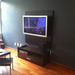 Del Sol Decor: Salas multimedia de estilo  por Erika Winters Design,