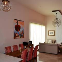 Rosaleda Decor: Salas de estilo  por Erika Winters Design
