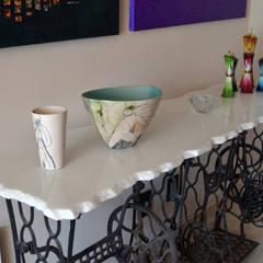 Rosaleda Decor: Salas de estilo asiático por Erika Winters Design