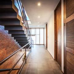 Hogar OV. : Pasillos y recibidores de estilo  por Lozano Arquitectos