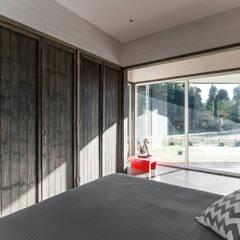 CASA RH: Dormitorios de estilo  por ESTUDIO BASE ARQUITECTOS
