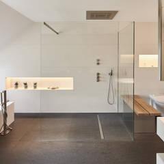 Luxusbad, Haus K:  Badezimmer von Philip Kistner Fotografie