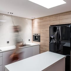 Biały marmur: styl , w kategorii Kuchnia zaprojektowany przez Marmur Studio
