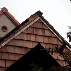 Strawbale kryty dranicą cedrową: styl rustykalne, w kategorii Domy zaprojektowany przez Organica Design & Build