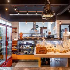 Nóz Café e Pães  : Paredes  por Vertentes Arquitetura