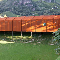Faustball: Spogliatoio in stile  di Pardeller Putzer Scherer Architekten
