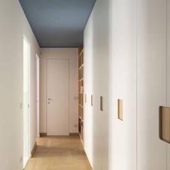 Corridor & hallway by Luigi Brenna Architetto