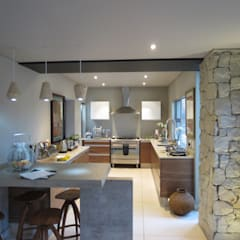 Alterations to existing residence-Bedfordview:  Kitchen by Spiro Couyadis Architects