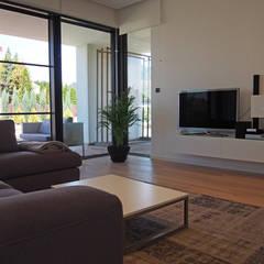 dom 200m: styl , w kategorii Salon zaprojektowany przez Projekt Kolektyw Sp. z o.o.