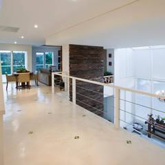 الممر والمدخل تنفيذ IDALIA DAUDT Arquitetura e Design de Interiores