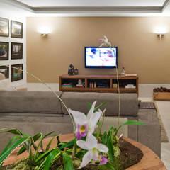 Sala da família: Salas multimídia campestres por IDALIA DAUDT Arquitetura e Design de Interiores