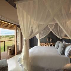 Mhondoro, een Lodge in Zuid-Afrika:  Slaapkamer door All-In Living,