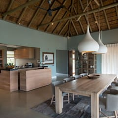 Mhondoro, een Lodge in Zuid-Afrika:  Eetkamer door All-In Living