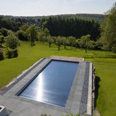 Die Solar-Poolabdeckung nutzt die Sonnenstrahlen aus: ausgefallener Pool von Hesselbach GmbH