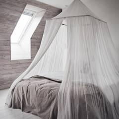 Il fascino dello stile nordico in una villa del '700: Camera da letto in stile  di Design for Love