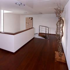 Hall piso superior - Projeto Casa das Artes: Paredes  por Musa Décor