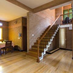 Escada: Corredores e halls de entrada  por A3 Ateliê Academia de Arquitectura