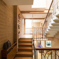 Sempre a subir: Corredores e halls de entrada  por A3 Ateliê Academia de Arquitectura