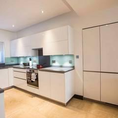 White gloss U shape kitchen:  Kitchen by Schmidt Kitchens Barnet