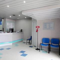 SALA DE ESPERA Y MOSTRADOR : Clínicas y consultorios médicos de estilo  por G7 Grupo Creativo