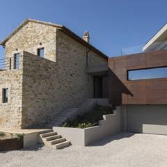 Ristrutturazione e ampliamento casale: Casa di campagna in stile  di GIAN MARCO CANNAVICCI ARCHITETTO
