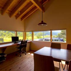 アトリエ: エイチ・アンド一級建築士事務所 H& Architects & Associatesが手掛けた書斎です。