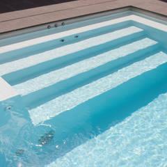 Moderner Pooleinstieg an der Kopfseite: ausgefallener Pool von Hesselbach GmbH