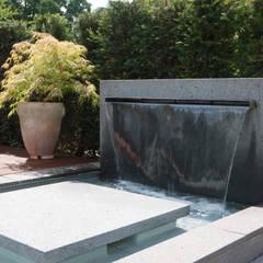 Moderner Wasserschwall mit Poolanbindung:  Terrasse von Hesselbach GmbH