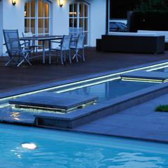 Beleuchteter Wasserlauf im Garten: ausgefallener Pool von Hesselbach GmbH