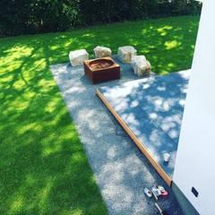 Ein Wahre Kombination   Naturstein, Feuerstelle und Keramik Terrasse:  Terrasse von gartentyp GmbH