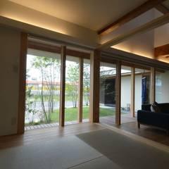 若葉いろの家: FrameWork設計事務所が手掛けた寝室です。
