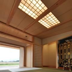 深い軒のある家: FrameWork設計事務所が手掛けた寝室です。