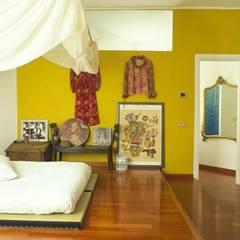 ZONA NOTTE CON FUTON: Camera da letto in stile in stile Asiatico di ROBERTA DANISI ARCHITETTO