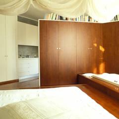 PEDANA ATTREZZATA CON VASCA AD INCASSO: Camera da letto in stile in stile Asiatico di ROBERTA DANISI ARCHITETTO