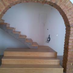 Apartment refurbishment - Estefânea, Lisbon 2016 Corredores, halls e escadas industriais por QFProjectbuilding, Unipessoal Lda Industrial