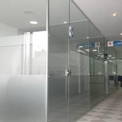 AGENCIA DE EMPLEO CAFAM - TOBERÌN / BOGOTÀ COLOMBIA SEPT 2014: Edificios de oficinas de estilo  por Kraft Atomo Arquitectura / Urbanismo / Paisajismo, Minimalista